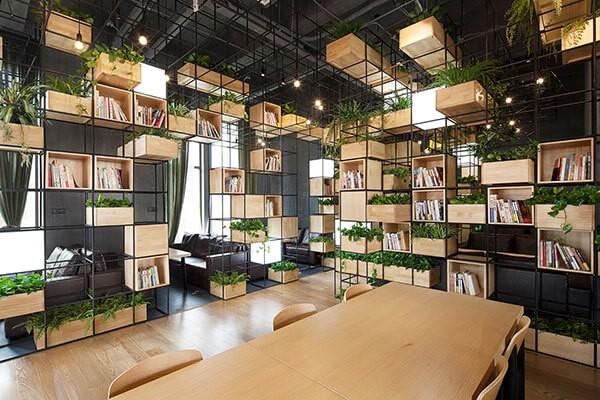 Phòng họp theo phong cách mở được bao quanh bởi các bức vách kính, tạo sự kết nối với không gian bên ngoài