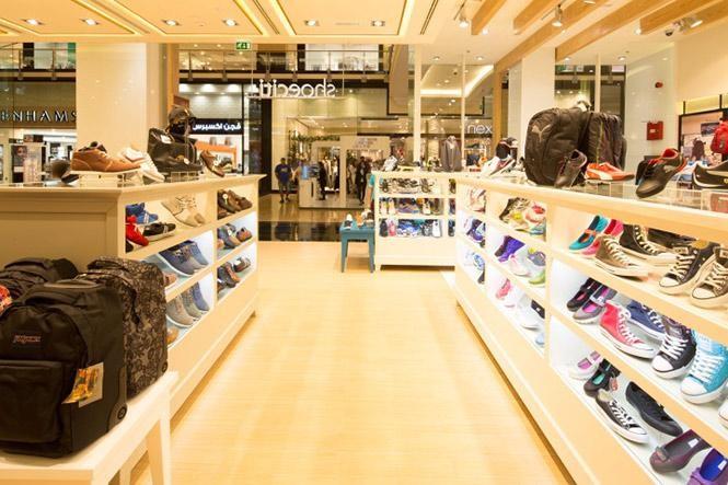 Với một cửa hàng bán nhiều loại giày thì hãy có sự phân chia, sắp xếp các khu vực riêng cho từng loại giày một cách hợp lý